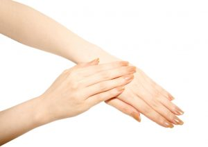【年齢は手の甲から】手タレが実践している7つのハンドケア術。1日5分ハンドマッサージ法など